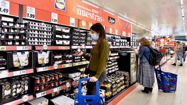 ep gente comprando en el supermercado lidl la gama deluxe de navidad