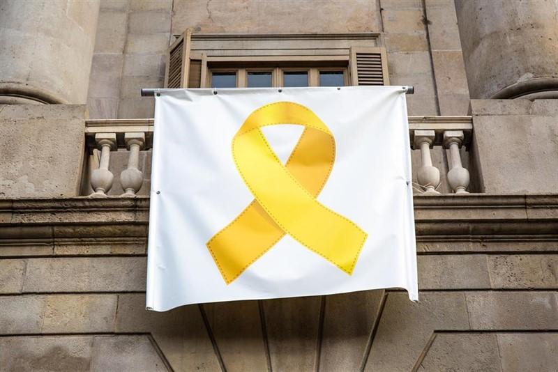 Colau retira el lazo amarillo del Ayuntamiento de Barcelona por orden de la JEC