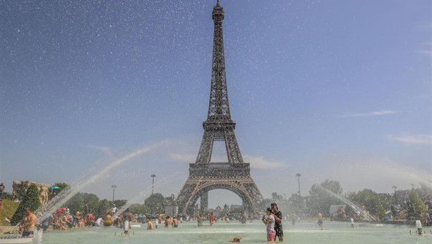 ep 28 june 2019 france paris people enjoy the water at the trocadero fountain in front of the eiffel tower duringheat wave photo vanessa carvalhozuma wiredpa