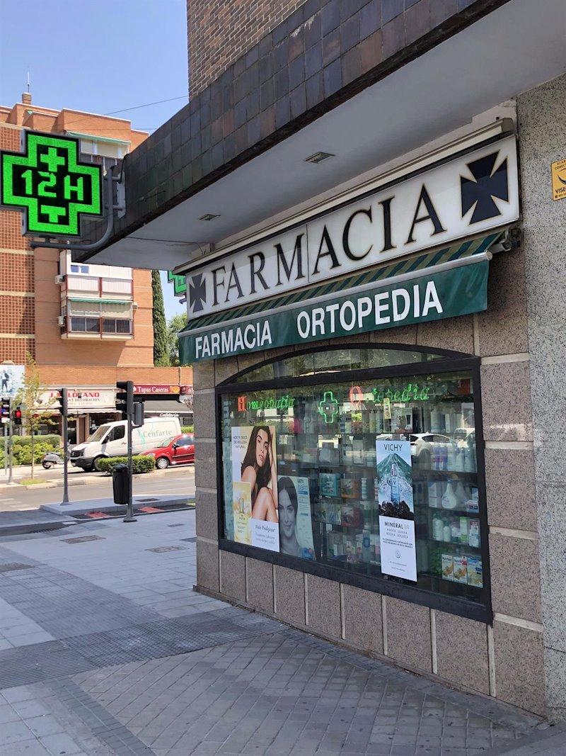 ep fachada y cristalera de una farmacia en madrid