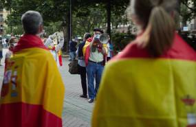 ep varias personas protestan con banderas de espana durante la manifestacion en contra de la gestion