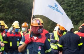 ep trabajadores de alcoa san cibrao se manifiestan y cortan la autopista a6 quemando neumaticos en