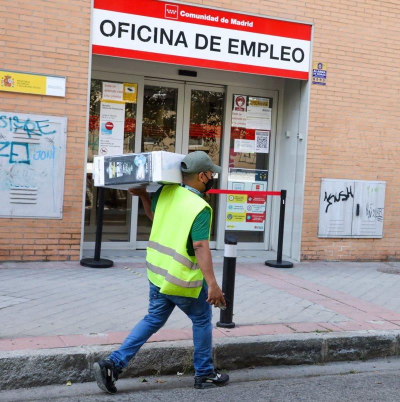 https://img5.s3wfg.com/web/img/images_uploaded/7/c/ep_archivo_-_un_repartidor_pasa_por_una_oficina_del_sepe.jpg
