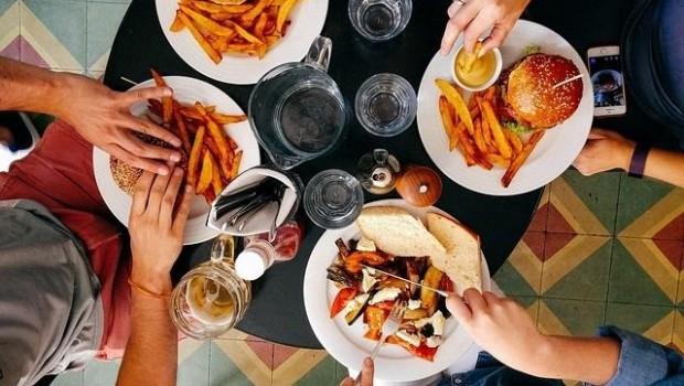 ep comida cena comer hamburguesa restaurante amigos