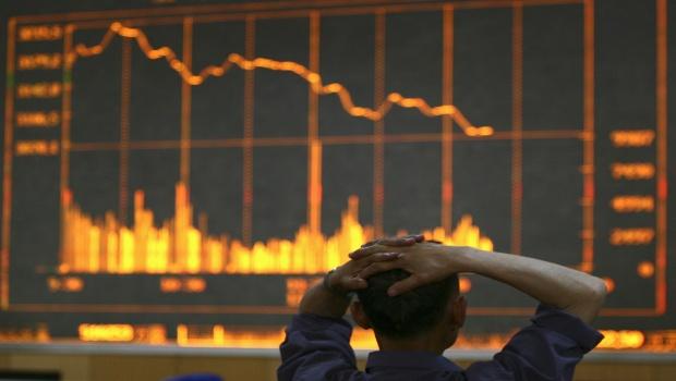 un-homme-depite-devant-des-cours-de-bourse-a-changchun-province-de-jilin-en-chine-en-juin-2008-crise-financiere-marches-effondrement-des-bourses