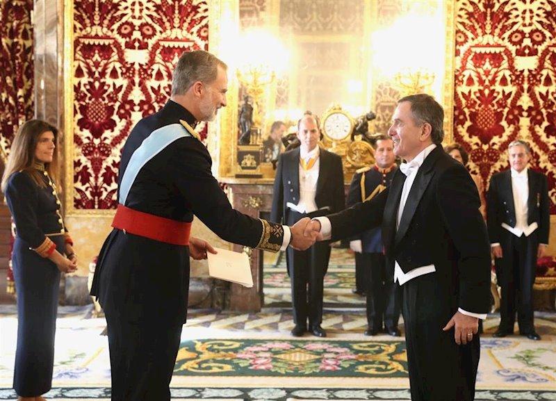 ep el rey recibe las cartas credenciales del nuevo embajador de chile el excanciller roberto ampuero