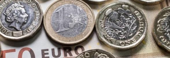 La libra cae desde máximos de seis meses contra el euro