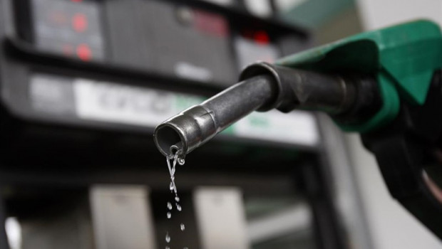 Los carburantes dan un levísimo respiro en la operación salida de agosto