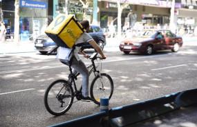 ep archivo - un repartido de glovo en bicicleta