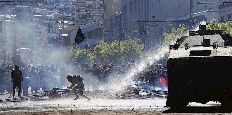 ep enfrentamientos entre manifestantes y carabineros en los alrededores del congreso de chile
