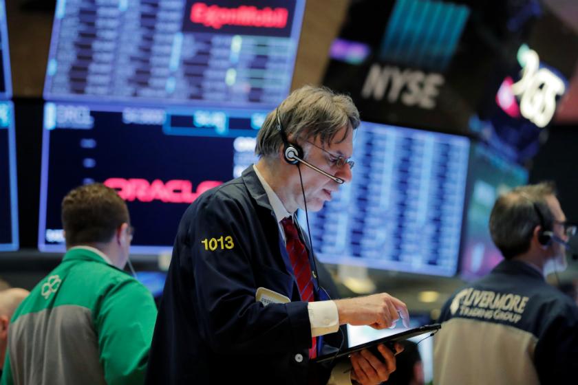 Suaves caídas en Wall Street con un ojo en Davos y otro en Netflix