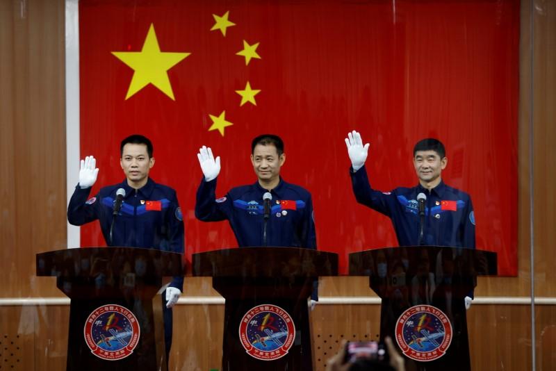 la chine va envoyer trois astronautes dans l espace
