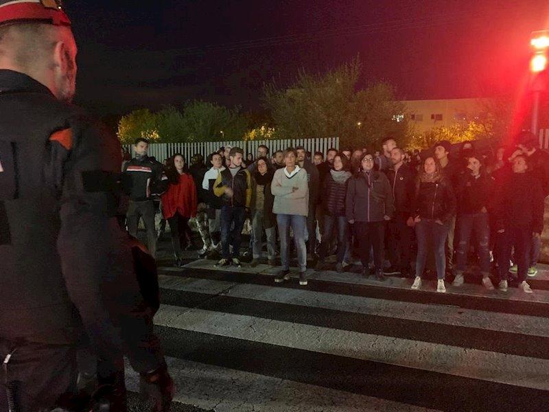 ep manifestantes a las puertas de un acto de vox en lleida