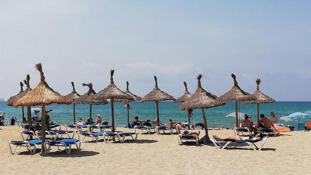 ep turistas en hamacas bajo las sombrillas de la playa de palma el verano pasado